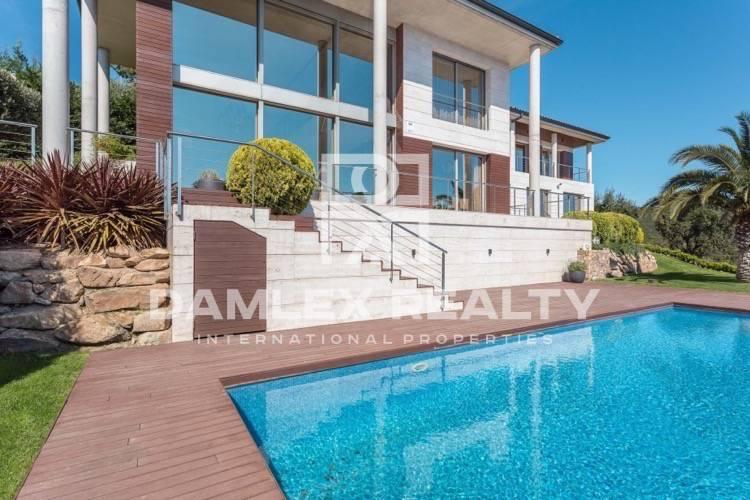 New modern villa with sea views in Platja d