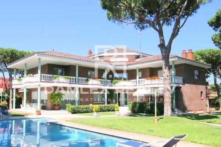 Second line beach villa in Castelldefels