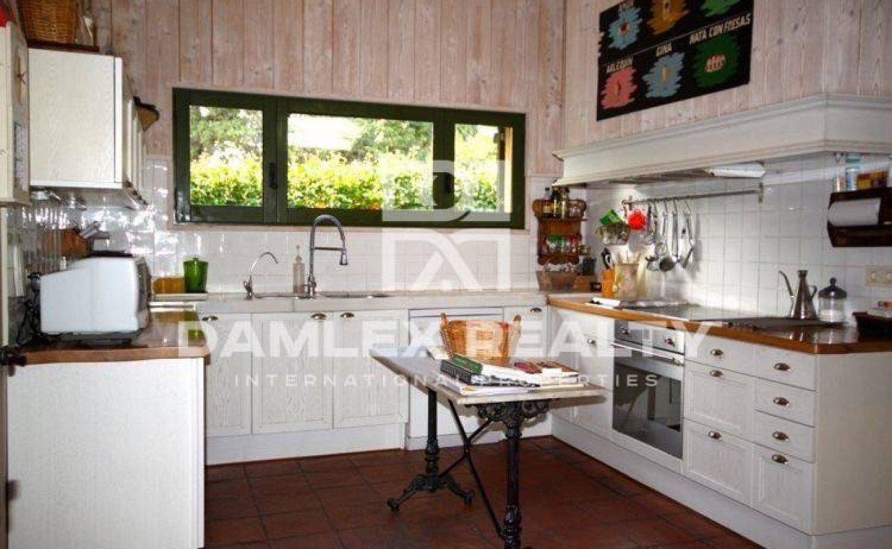 Charming Provencal style villa on the second line from the sea. Costa Brava
