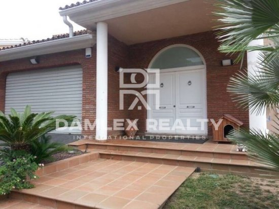Villa in Teia in a 15-minute drive from Barcelona. Costa Maresme