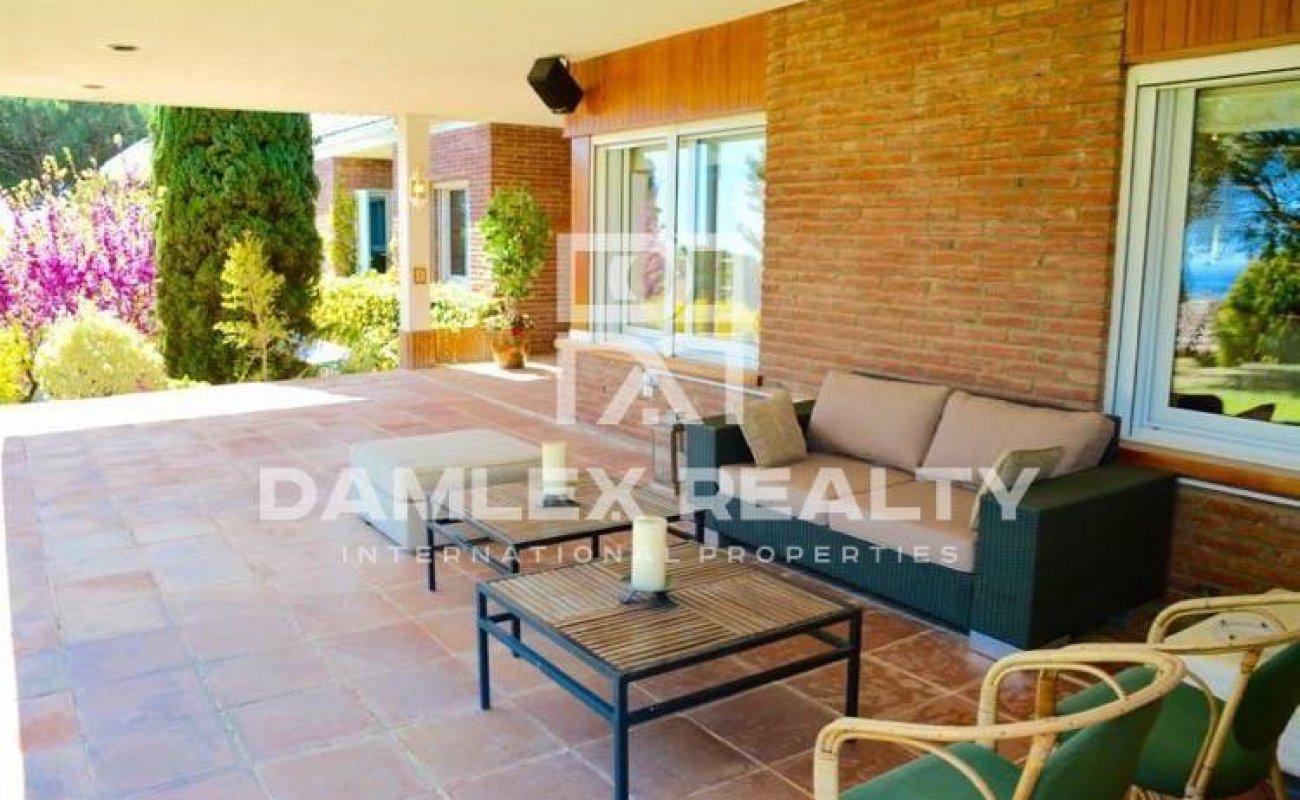 Villa with sea views in Barcelona suburb