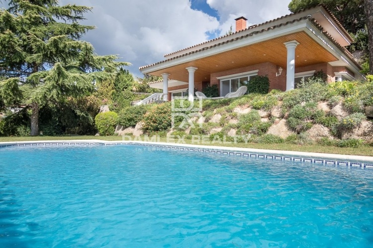 Spacious villa with sea views in Cabrils