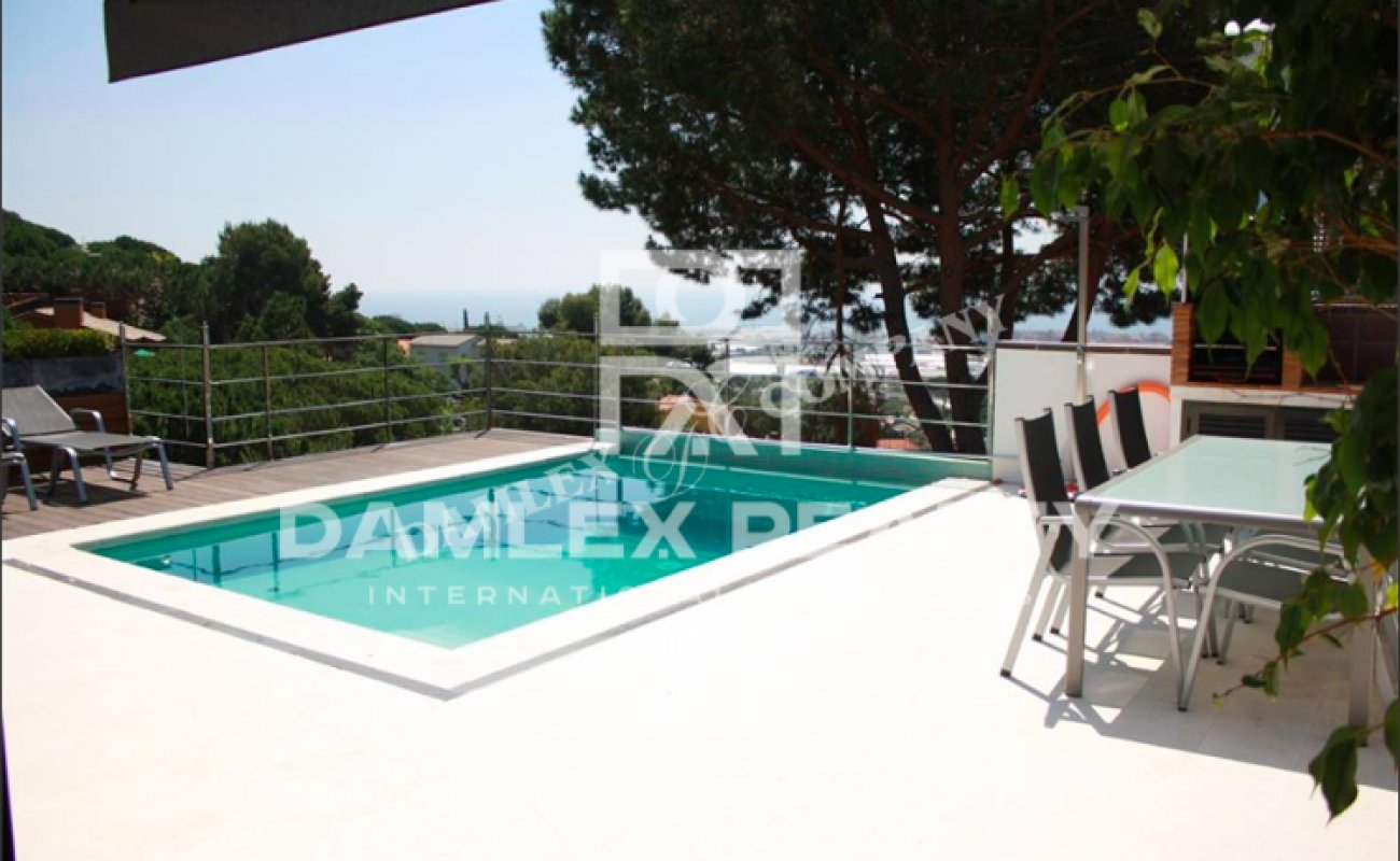 Modern villa with sea views in the Barcelona suburb