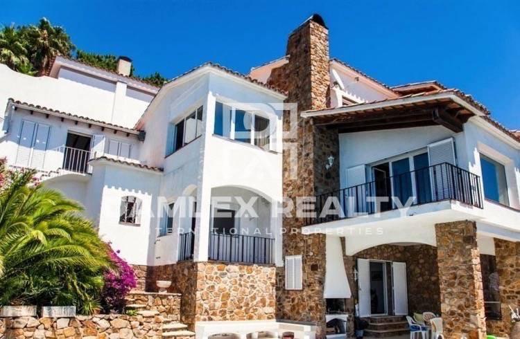 Villa in first sea line in a quiet and cozy urbanization in Costa Brava