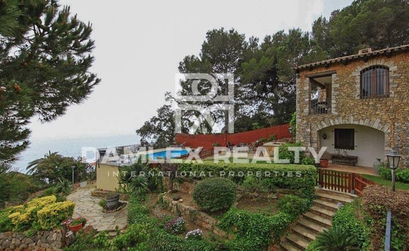 Beautiful house for sale in Costa Brava with scenic views of the bay. Lloret de Mar