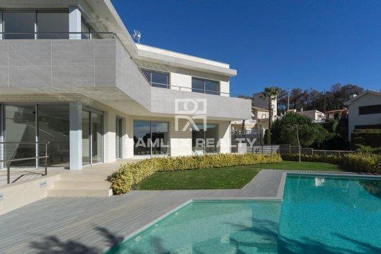 Luxury villa in Lloret de Mar in the Montgoda urbanization