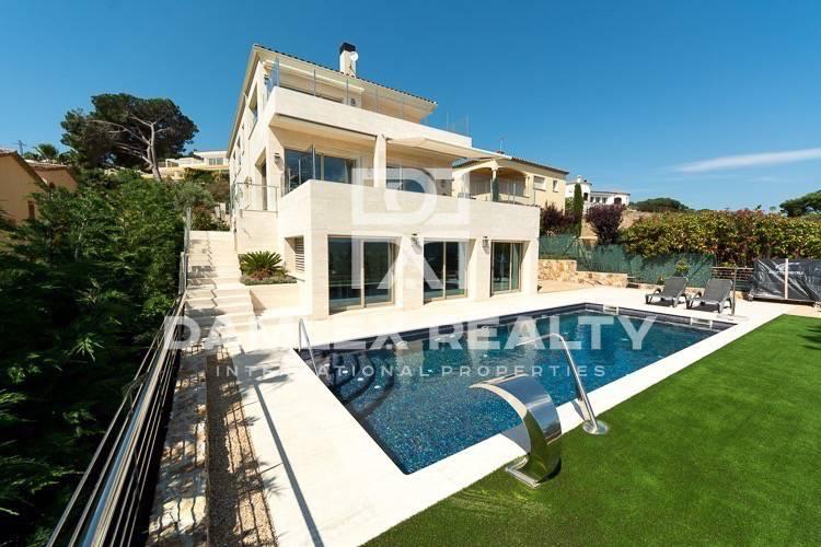 New villa with sea views and close to the beach