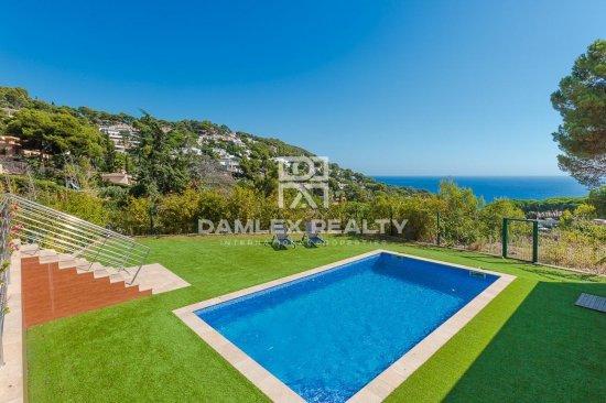 Modern villa in a gated community Cala Sant Francesc, on the Costa Brava
