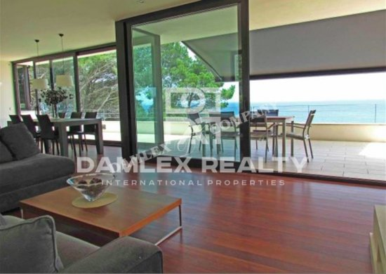 Modern villa 400 meters from the beach