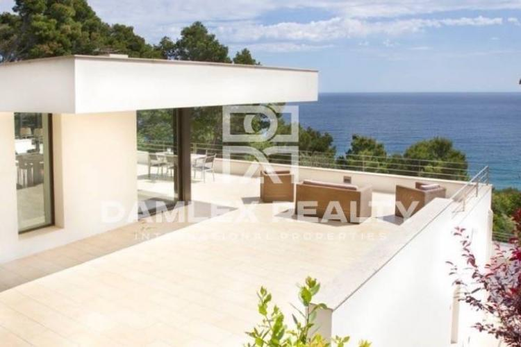 Modern villa 400 meters from the beach