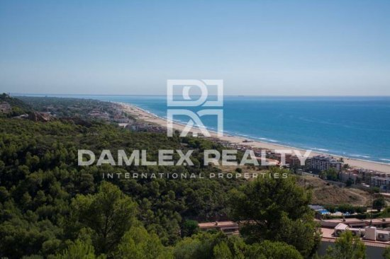 The plot in Castelldefels with fantastic views of the sea