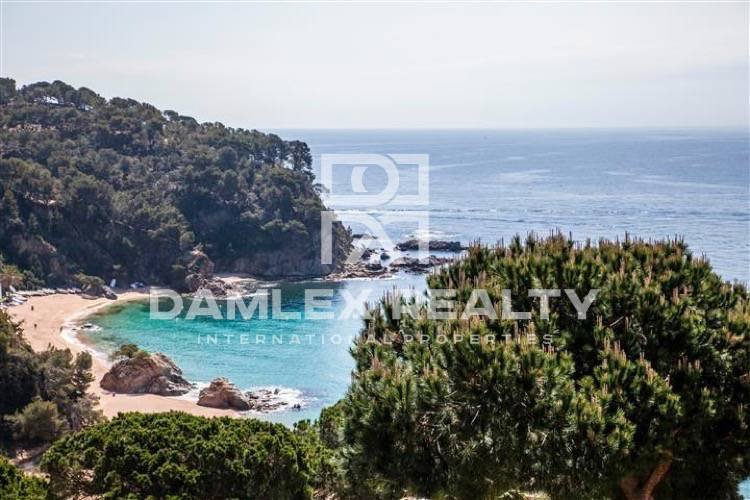 House for sale in Costa Brava with beautiful sea views near the beach