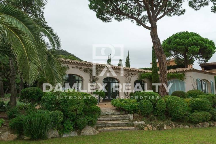 Villa with sea views in a luxury urbanization Costa Brava