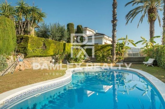 Villa with a large plot of land. Coast of barcelona