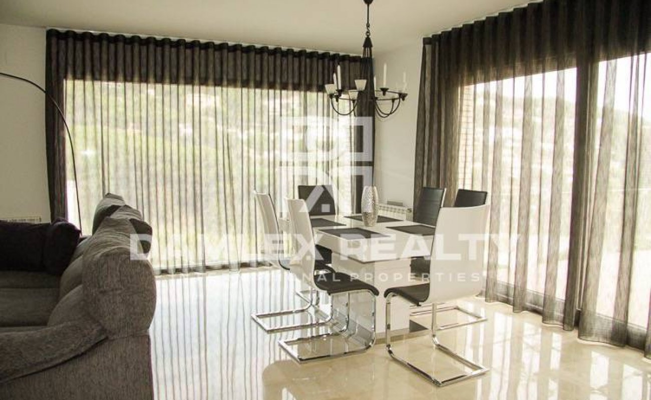 New villa in guarded urbanization, within walking distance to the beach