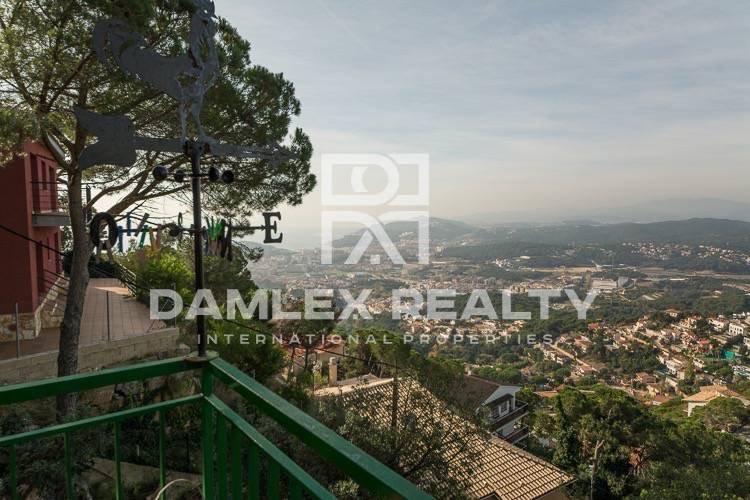 Villa with mountain views in the urbanization of Lloret de Mar.