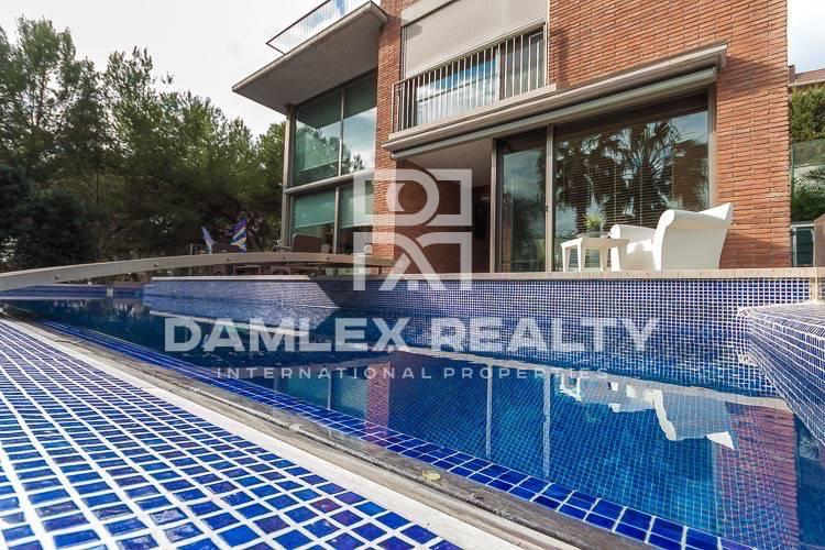 Villa with a beautiful panoramic view of the sea. Coast of barcelona