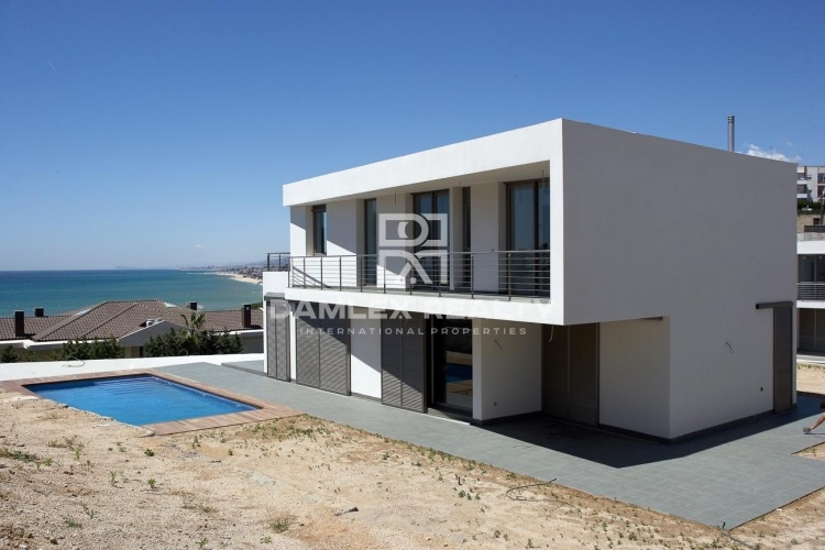 New modern villa 5 minutes walk from the beach.