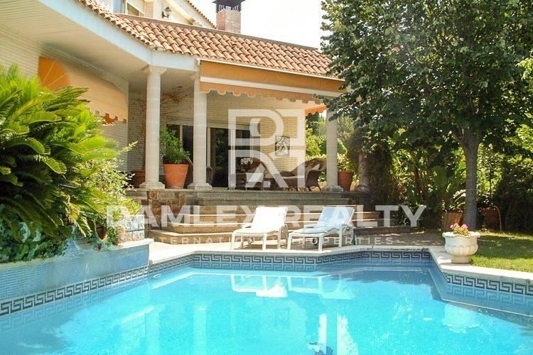 House / Villa with 8 rooms, plot 1100m2, for sale in Cabrils, Barcelona North Coast