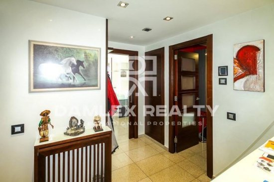 Duplex of 300 m2 to 15 minutes walk of the beach. Barcelona