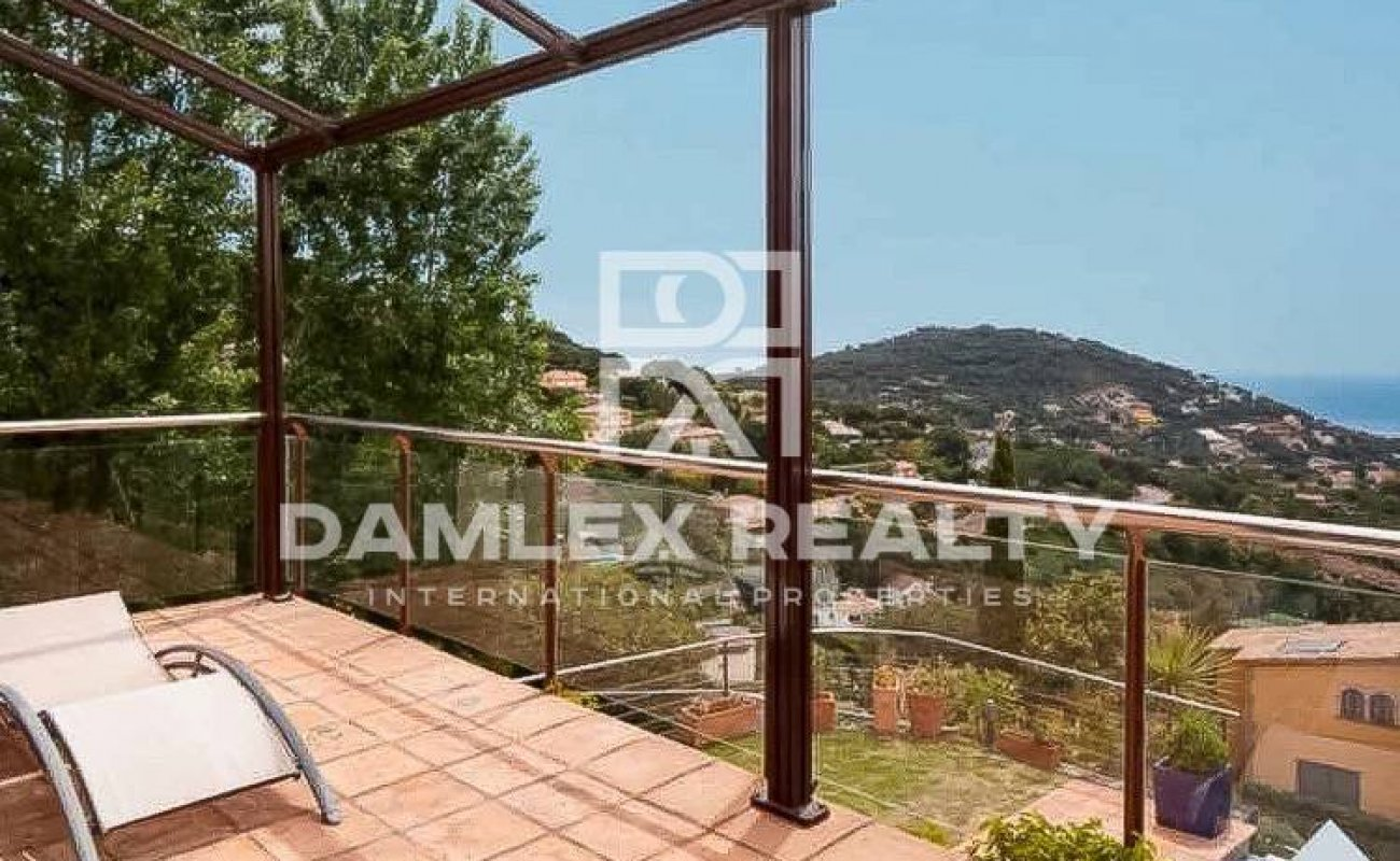 Villa on the outskirts of Barcelona with a frontal sea view