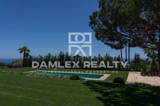 "New villa in the elite protected urbanization ""SuperMaresme"""