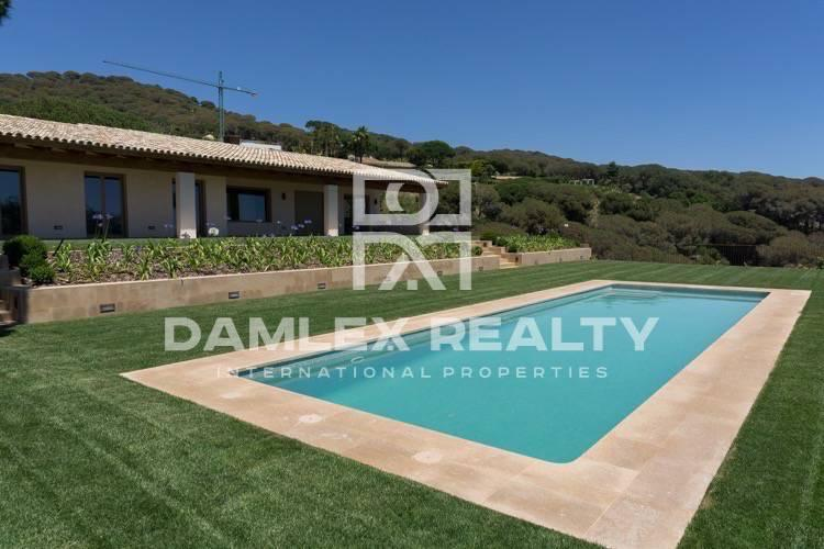 "New villa in the elite protected urbanization ""SuperMaresme"""