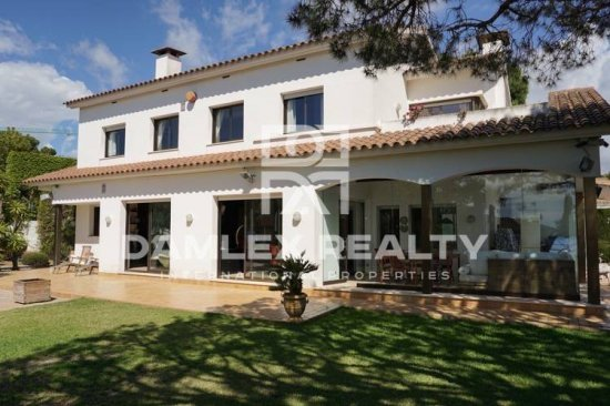 Villa with pool and garden in Alella, URB. Can Teixido