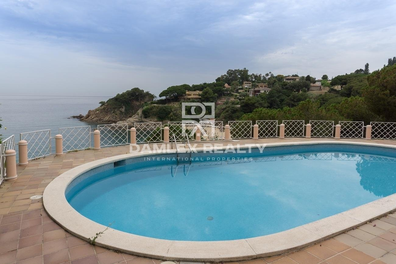 Villa on the seafront in a picturesque bay. Costa Brava