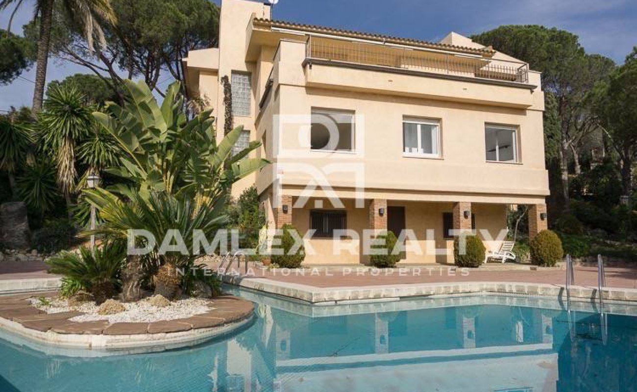 Villa in Cabrils with sea views on a large plot of 2.800 m2