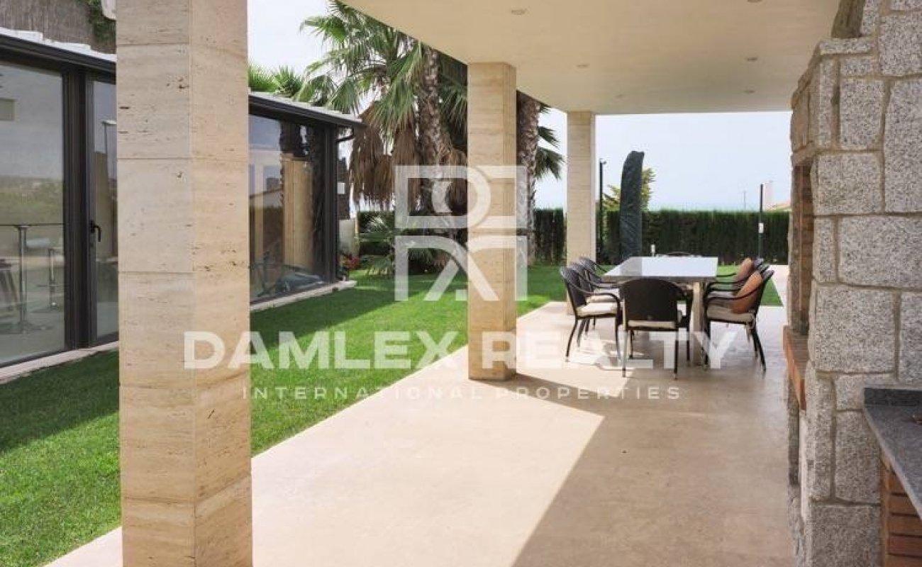 Spectacular villa in a urbanization near Barcelona