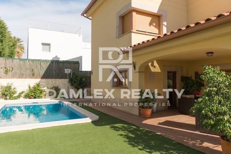 Beautiful villa in the town of Premia de Dalt