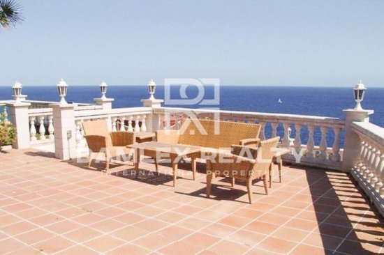 Villa with panoramic sea views situated in front of the sea
