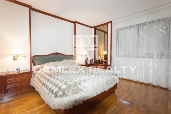 Apartment is in excellent condition, in the upper part of Barcelona