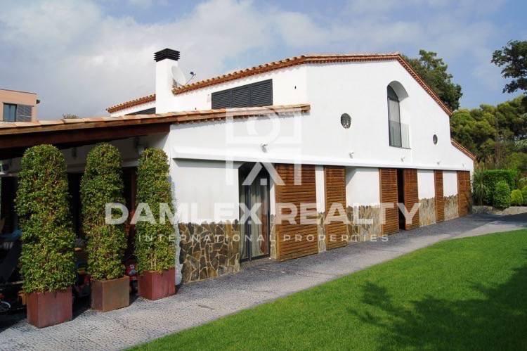 Villa in San Vicente de Montalt with sea views