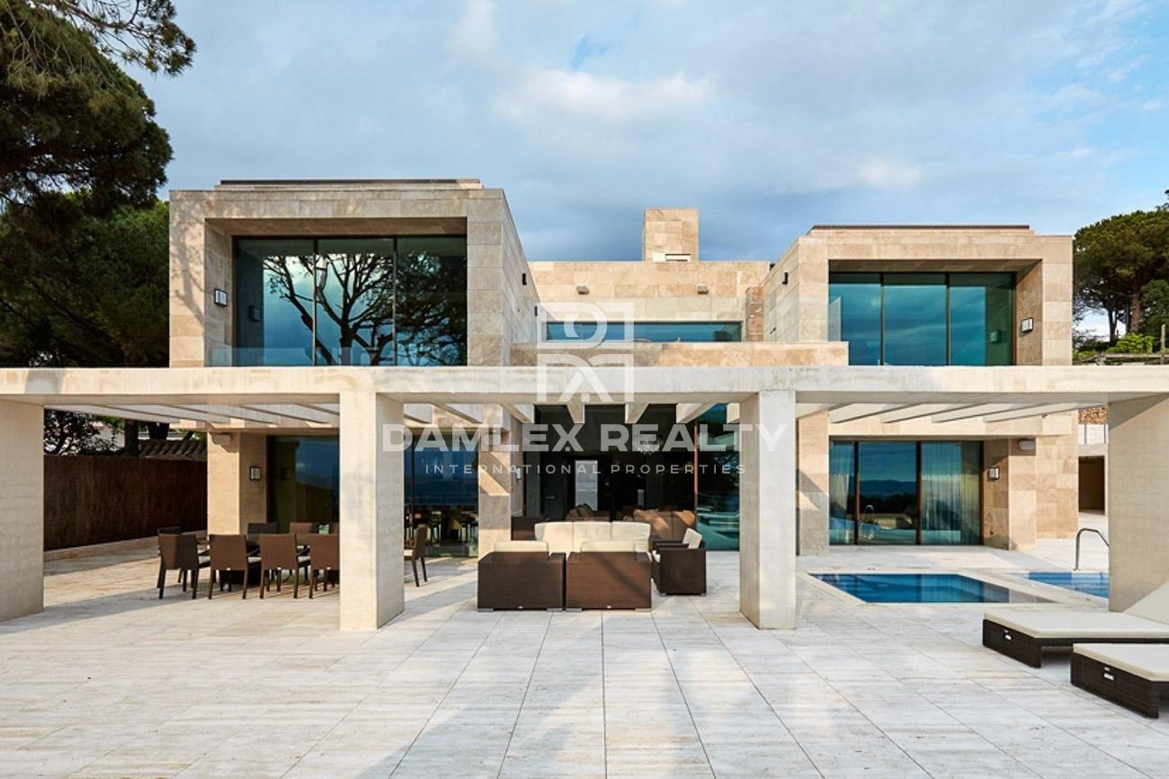 Luxury villa built in a modern style in Lloret de Mar