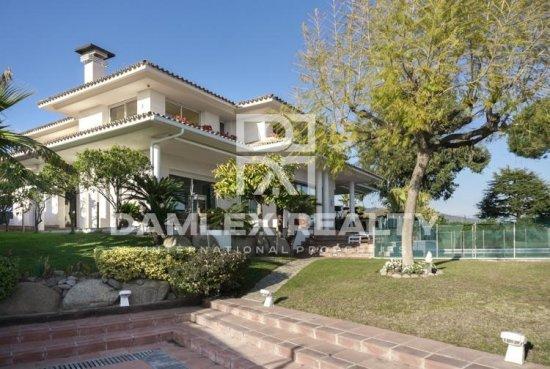 Villa overlooking the sea in the prestigious urbanization of Alella