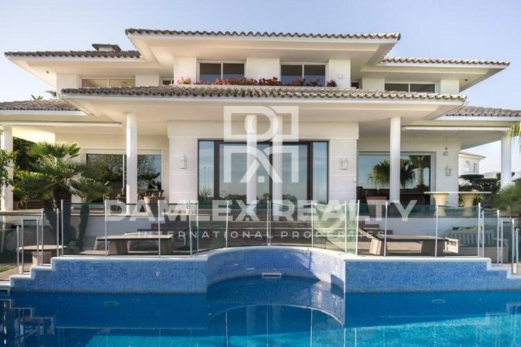 Villa overlooking the sea in the prestigious urbanization of Alella