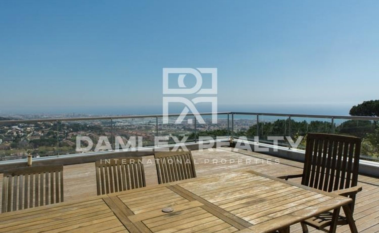 Villa with panoramic views in Premia de Dalt
