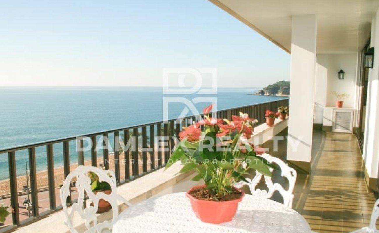 First line apartment with stunning sea views