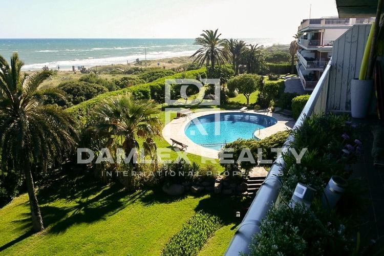 Duplex in the first line of the sea in Gava Mar