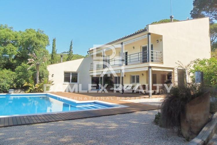 Villa with stunning sea and mountain views. Coast of Barcelona.