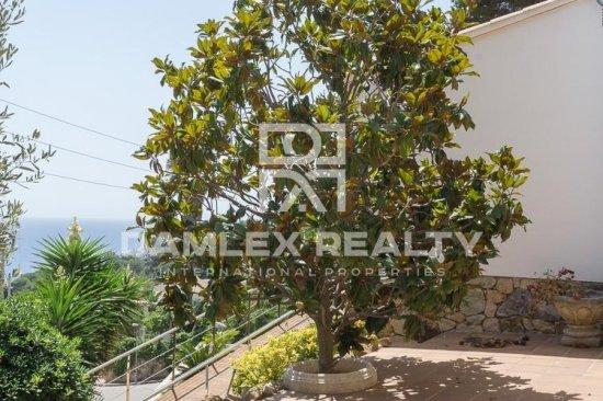 Villa with sea views in a quiet urbanization. Lloret de Mar