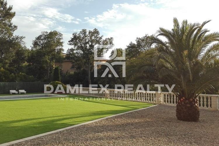 Villa with a large pool in Lloret de Mar.