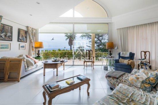 First sea line villa with easy access to the beach in Costa Brava