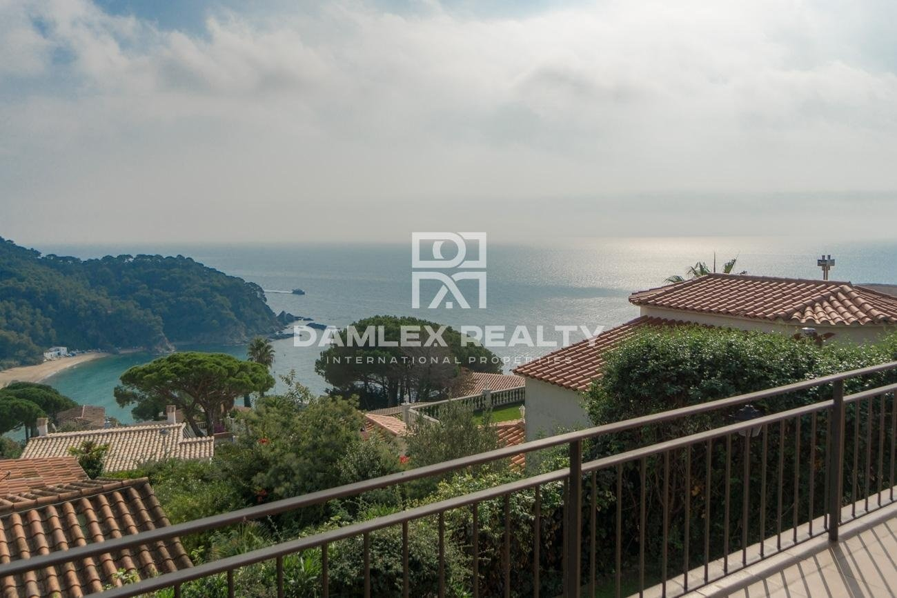 Villa with sea views in the urbanization of Cala Canyelles