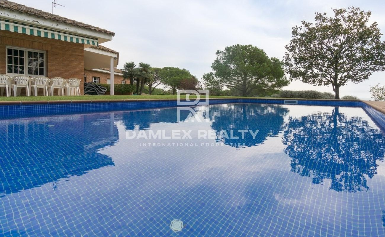 Villa with a large plot of land 5000 m2. Coast of Barcelona