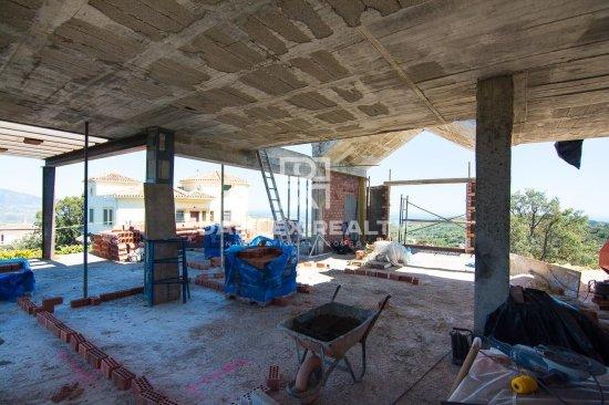 Villa under construction in a quiet urbanization near the beach. Marbella