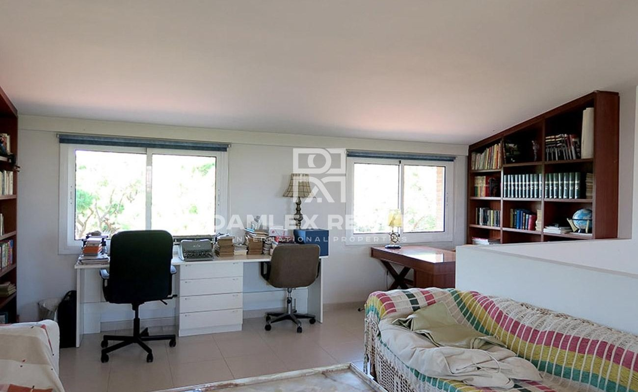 Townhouse on the first line of the sea. Gava Mar