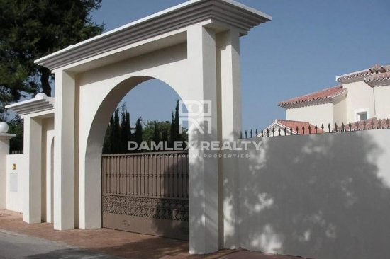 Villa in Andalusian style 50 meters from the sea